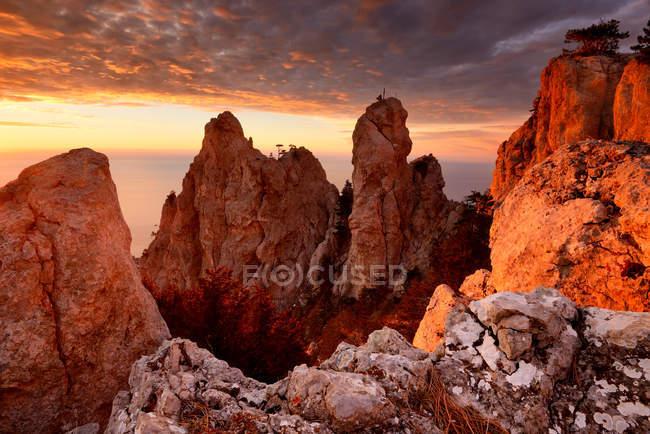 Вид на скальные образования на закате с горы Ай-Петри, Крым, Украина — стоковое фото