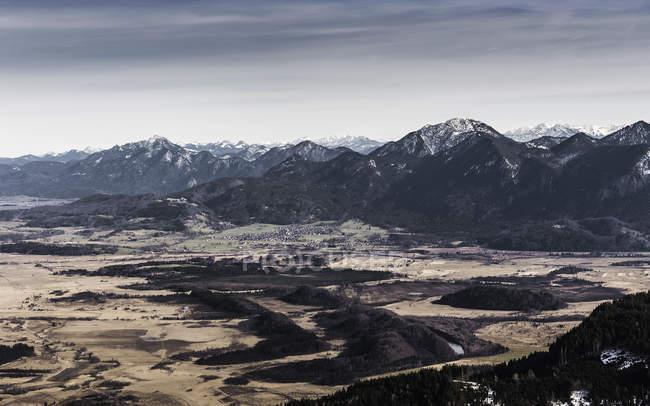 Vue de paysage de montagne et vallée, montagne de Teufelstattkopf à l'aube, Oberammergau, Bavière, Allemagne — Photo de stock