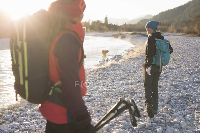 Deux femelles randonneurs lac dans les Alpes bavaroises — Photo de stock