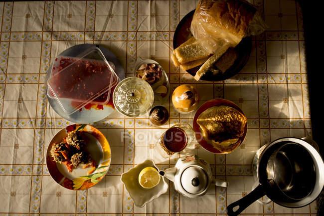 Comida, chaleira e panela na mesa, vista superior — Fotografia de Stock