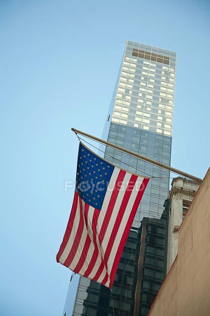 Американський прапор висить від будівлі — стокове фото