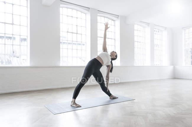 Женщина в танцевальной студии растяжения — стоковое фото