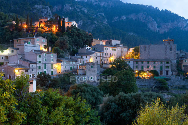 Illuminated buildings and beautiful mountains at serra de tramuntana, majorca, balearic islands — Stock Photo