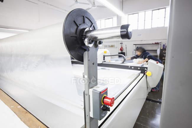 Работающая на фабрике женщина работает на ткацкой фабрике — стоковое фото