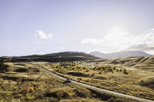 Veicolo su strada, Trans Canada Highway, vicino Kamloops, Boston Flats, British Columbia, Canada — Foto stock