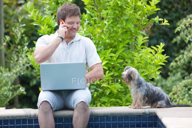 Mann mit Handy und Laptop im freien — Stockfoto