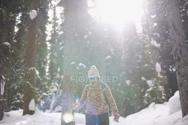 Randonnée pédestre dans la forêt enneigée, Lake Louise, Canada — Photo de stock
