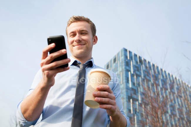 Geschäftsmann mit Handy im freien — Stockfoto