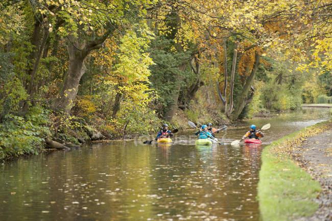 Quatre kayakistes pagayant sur la rivière Dee, Llangollen, Pays de Galles du Nord — Photo de stock