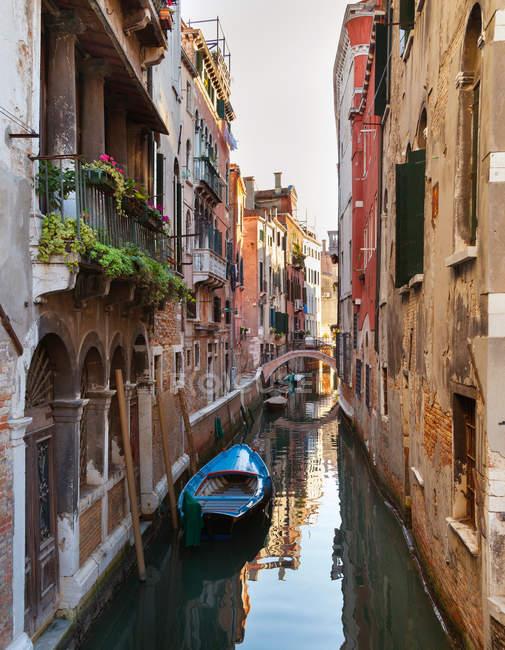 Здания и гребные лодки на городской канал — стоковое фото