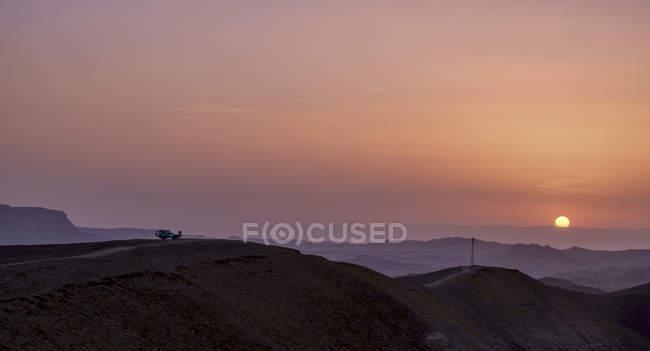 Família pé na montanha durante o pôr do sol em israel — Fotografia de Stock