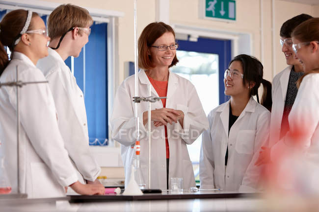Students and teacher in chemistry lab — Foto stock