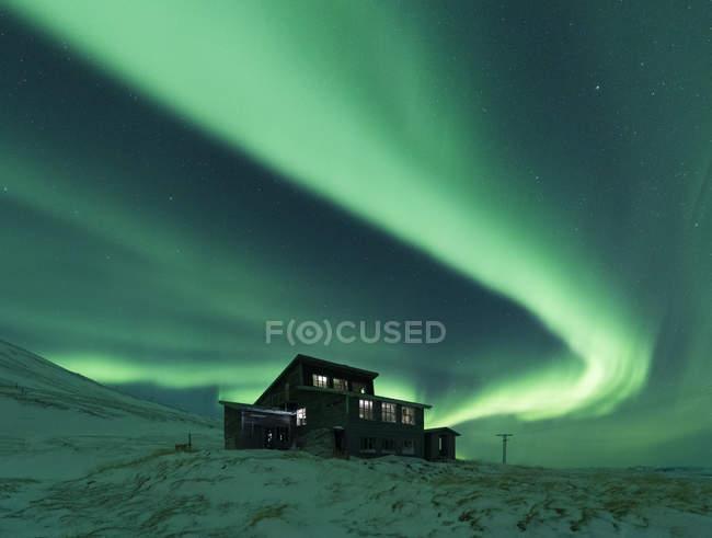Haus unter Nordlicht in der Nacht, Thingvellir, Island — Stockfoto
