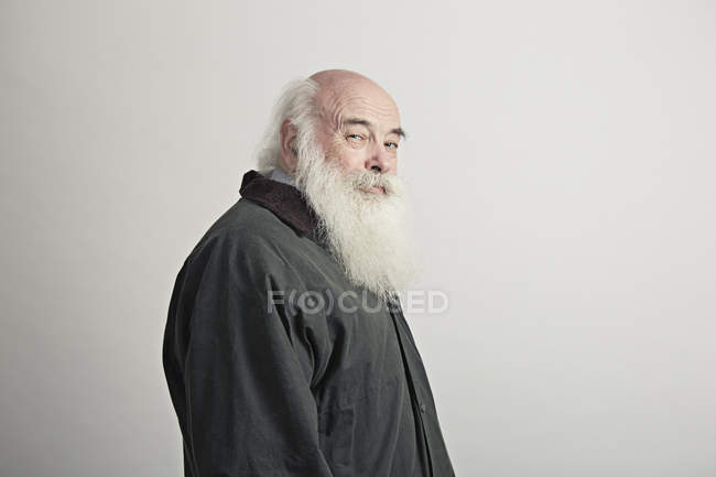 Портрет старшого чоловіка з білою бородою — стокове фото