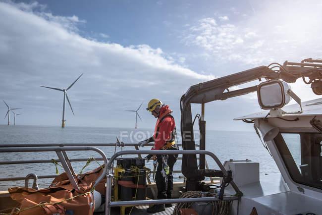 Ingegnere sul ponte di servizio del parco eolico offshore — Foto stock