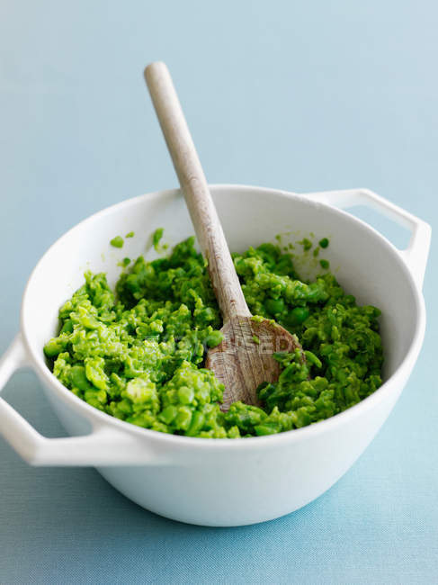 Close-up de prato de purê de abacate com uma colher de pau — Fotografia de Stock