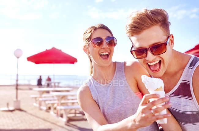 З'єднайте з морозивом посміхається — стокове фото