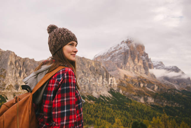 Hiker enjoying scenery, Mount Lagazuoi, Dolomite Alps, South Tyrol, Italy — Stock Photo