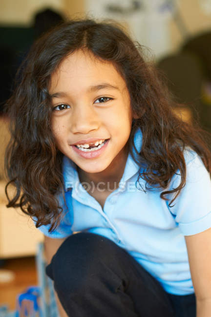 Sorrindo menina mostrando lacuna nos dentes — Fotografia de Stock