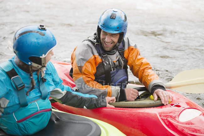 Kayakeurs mâles et femelles parlant sur la rivière Dee — Photo de stock