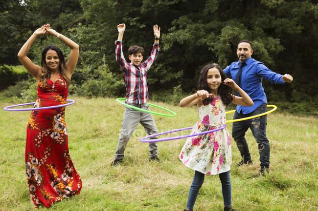 Портрет сім'ї, стоячи в полі, використання обручі Хула — стокове фото