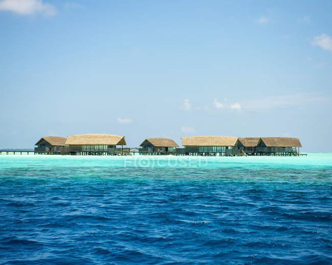 Виллы воды выше бирюзовый океан, Мальдивы — стоковое фото