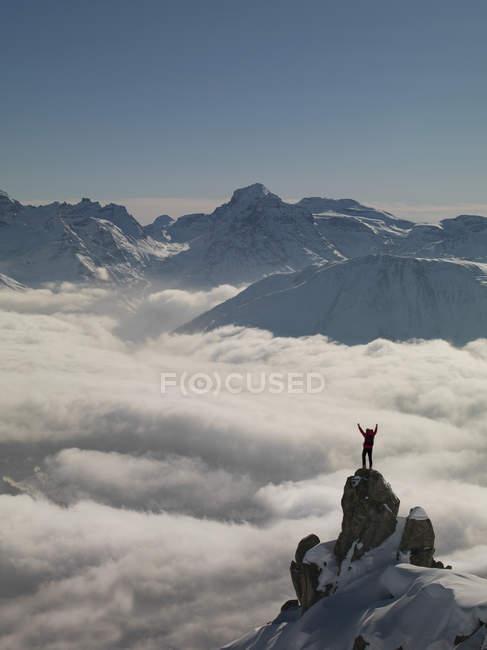 Grimpeur célèbre le pic qui sortent d'un brouillard, Bettmeralp, Valais, Suisse — Photo de stock
