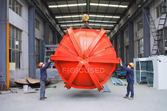Lavoratori che lavorano insieme nello stabilimento di produzione di gru, Cina — Foto stock