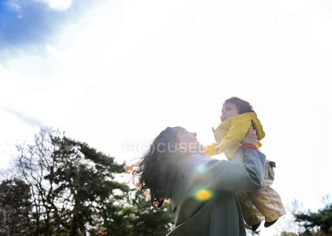 Літня жінка тримає дитину сина в парку — стокове фото