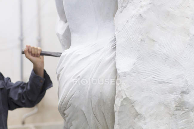 Stonemason using chisel  and mallet to create sculpture — Stock Photo