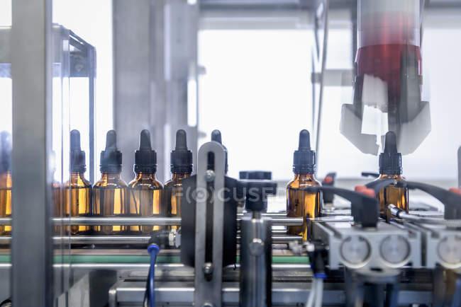 Primo piano di bottiglie in fabbrica farmaceutica — Foto stock