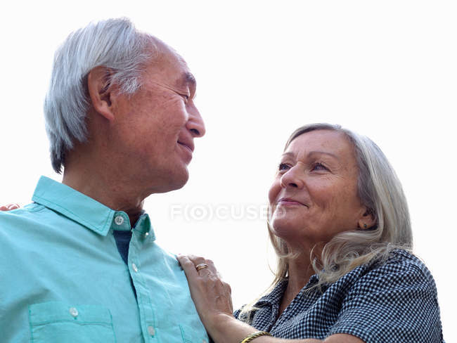 Старшая пара улыбается вместе — стоковое фото