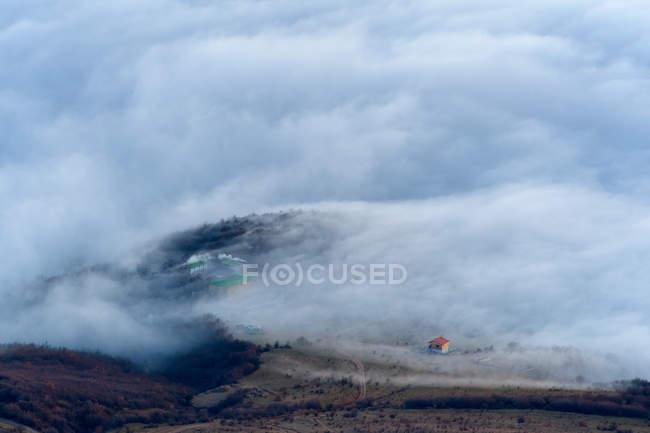 Вид на диспергування гора туман від село Лучисте, Південна Demergi Гора, Крим, Україна — стокове фото