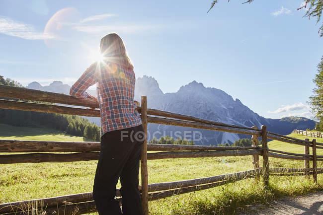 Caminhante feminina olhando para Dolomites, Sexten, Tirol do Sul, Itália — Fotografia de Stock