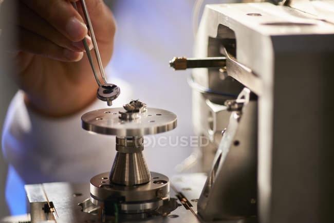 Вчений розміщення об'єкта на наукову апаратуру пінцетом — стокове фото