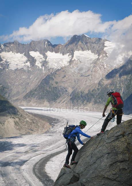 Paar Grat überklettern Aletschgletscher, Kanton Wallis, Schweiz — Stockfoto