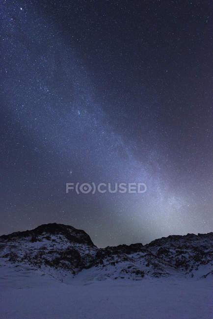 Montanha áspera sobre a neve cobriu paisagem sob o céu de noite estrelada, Kleifarvatn, Islândia — Fotografia de Stock