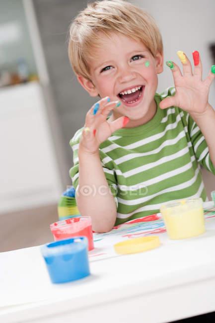 Молодий хлопчик, граючи з квітами — стокове фото
