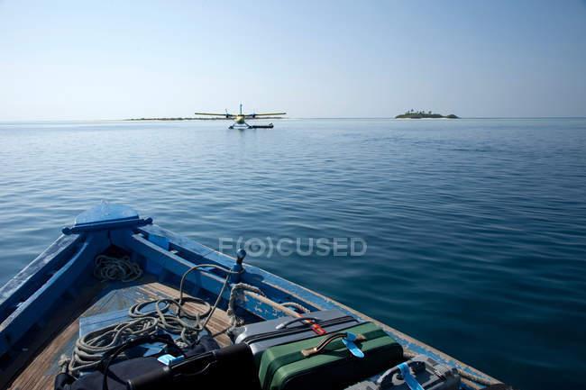 Avion à bord duquel l'eau vers le bateau — Photo de stock
