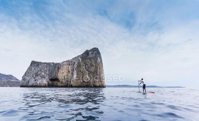 Man paddleboarding, Pan di zucchero, Sardinia, Italy — Stock Photo