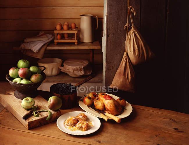 Pintades rôties et pommes sur le comptoir de la cuisine — Photo de stock