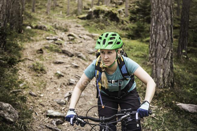 Donna mountain bike, Bolzano, Alto Adige, Italia — Foto stock