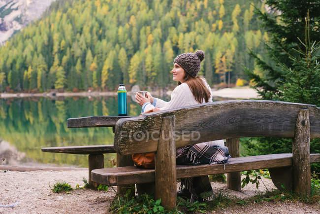 Жінка розслабляючий на лавки паркові, Лаго ді Braies, Доломітові Альпи, Валь-ді-Braies, Південний Тіроль, Італія — стокове фото
