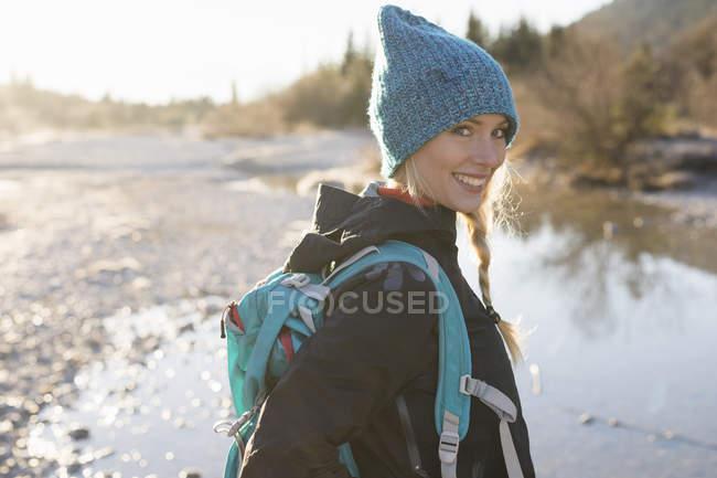 Portrait de jeune randonneuse lac dans les Alpes bavaroises — Photo de stock