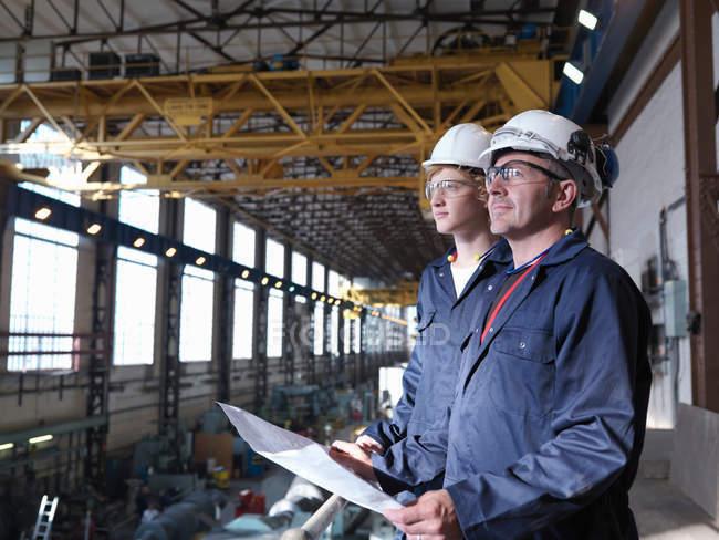 Engenheiros Acima Turbine Hall — Fotografia de Stock