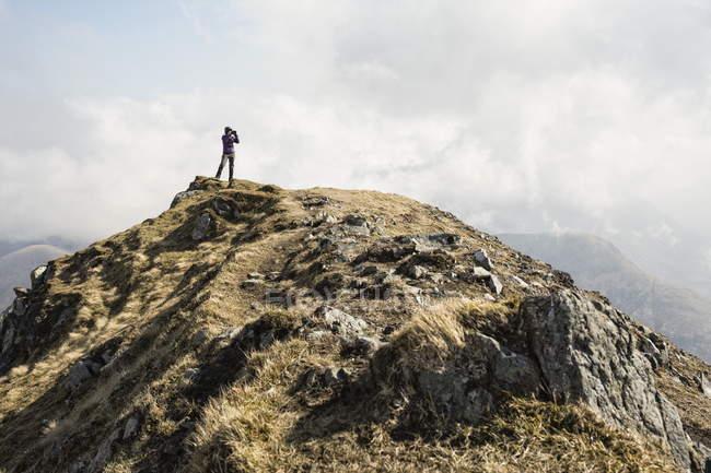 Женщина на вершине Марско, Глен Слигачан, остров Скай, Шотландия — стоковое фото