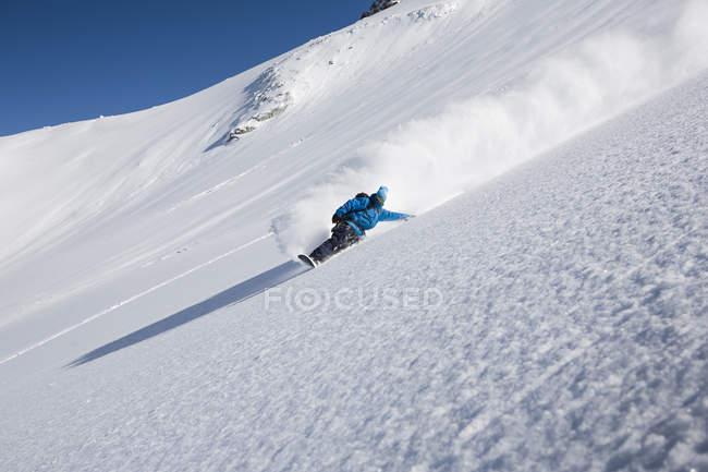Male snowboarder speeding down steep mountain, Trient, Swiss Alps, Switzerland — Stock Photo