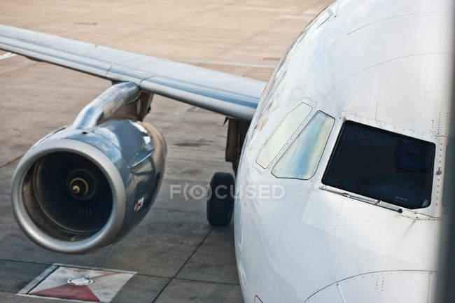 Visão de alto ângulo do motor do avião na pista — Fotografia de Stock