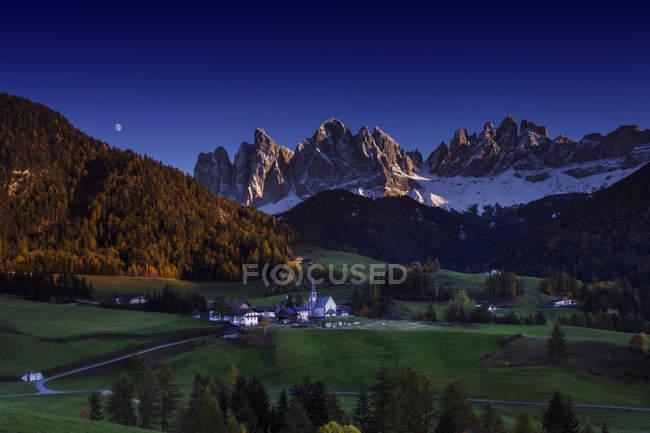 Fernsicht auf Kleinstadt bei Nacht, Dolomiten, Italien — Stockfoto