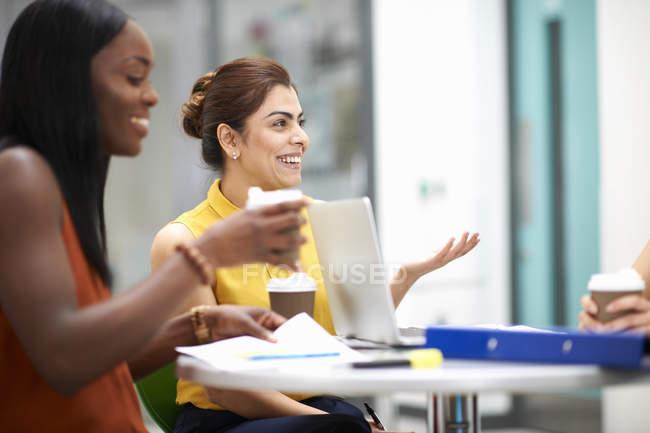 Donne d'affari con computer portatile in riunione insieme — Foto stock